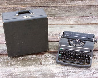 Vintage Underwood Champion Portable Manual Typewriter Universal Black Carrying Case with Key