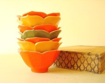 7 Japanese lotus bowls, orange, gold, avocado, porcelain bowls for saki, tea, rice or noodles, small dessert bowls, 1970s 1980s kitchen