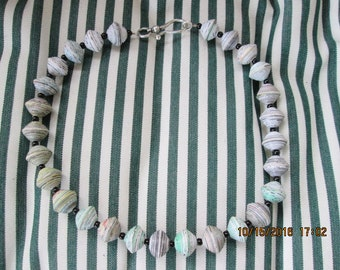 460  Paper bead necklace