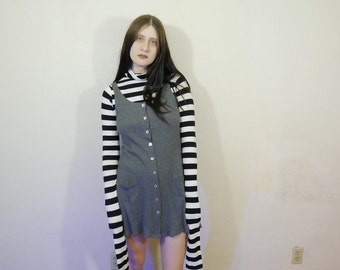 90s gray sleeveless ribbed button up mini dress with cute shell buttons and lil front pockets