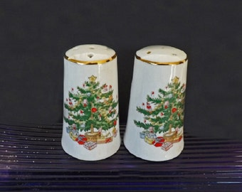 Vintage Salt and Pepper Shaker, Made in Japan, Christmas Dishes, Christmas China, Christmas Decor, Kitchen Decor, Serving Dishes, Decorative
