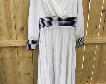Vintage 70s White Polyester Pleated Maxi Dress / Boho 70s Long Pleated Dress