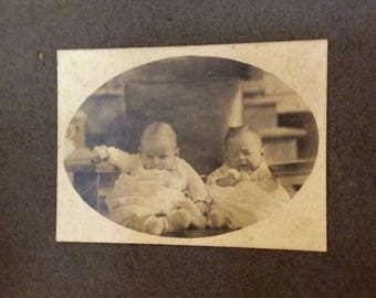 Cabinet card photo of twin babies early 1900s
