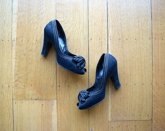 Vintage 1940s shoes . black 40s bow heels . 6.5