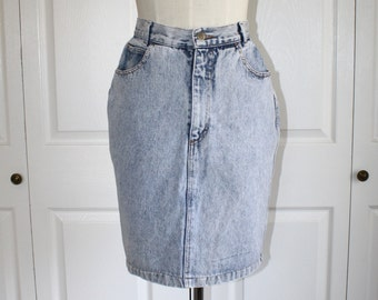 Vintage Curvy Acid Wash Blue Jean Skirt . High Waistband Short Denim Skirt . Studs on Pockets . Size Small Sz 5 Sz 6