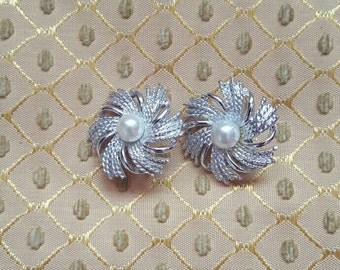 Vintage Sarah Coventry Silvertone Clip-on Earrings faux pearl