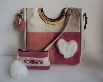 Leren tas met vacht hartje, metaal bronzen handvaten en riem + sleuteletuitje: candy kleurtjes
