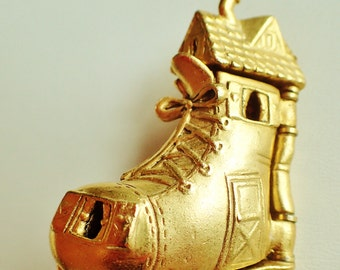 Rare Gold Tone AJC Old Mother Hubbard Boot Brooch Pin/ Opens