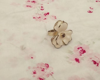 White Flower Adjustable Ring. Adjustable Ring. White and Gold. White Flower. Vintage Ring.