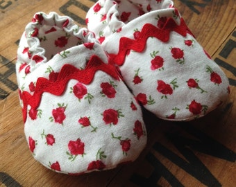 Red Baby Shoes, Rosebud Crib Shoes, Vintage Style Newborn Booties, White Red Infant Shoes, Rose Crib Shoes, Baby Gift, Baby Slippers