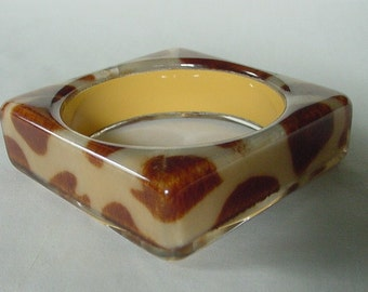 GORGEOUS MODERNIST Brown & Cream Cowhide Pattern Lucite Bracelet
