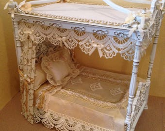 Dolls House 1/12th scale Beautiful Jai Yi  4 poster double bed. Dressed in silk and lace.