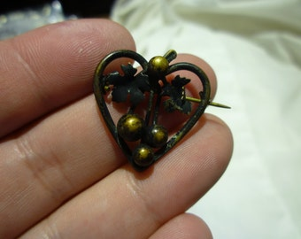 C81 Vintage Heart with Leafs and Berries Christmas Pin.