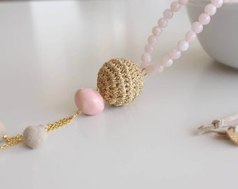 Collar largo con borlas estilo étnico, cuentas rosa y dorado