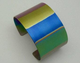 Titanium bracelet, titanium cuff. Anodized titanium bracelet. Geanodiseerd titanium armband.