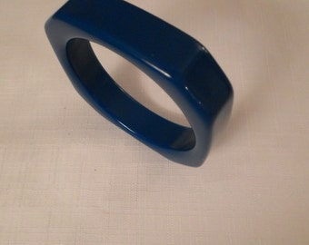 BLUE LUCITE BANGLE / Bracelet / Octagonal / Modernist / Art Moderne / Retro / Trendy / Rockabilly / Chic / Hipster / Fashionista / Accessory