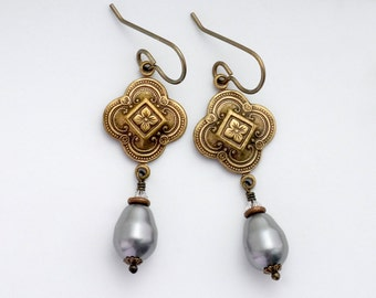 Grey Swarovski Crystal Pearls, Quatrefoil Earrings, Grey Pearl Earrings, Filigree Jewelry, Pearl Drop Earrings, Grey Dangle Earrings, Cari