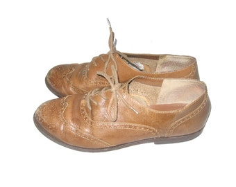 Vintage 9 West Semi Distressed Taupe Classic Laced Eyelet Wingtip Leather Flat Grunge Boho Preppy Oxford Shoes Size 6 1/2
