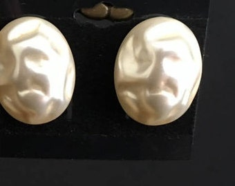 Vintage screw back rounded textured pearl earrings Richelieu marked large retro antique