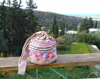 The crocheted summer handbag is embroidered. Cotton.
