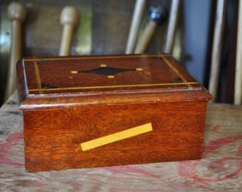 Art Deco 24 Cigarette Wood-inlayed Small Humidor