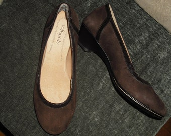 """Comfy Classic Brown Suede/Patent Leather 1 1/2"""" Pump"""