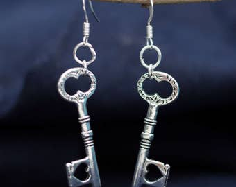 Long earrings with silver key heart