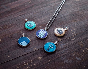 Collna with pendant with various subjects and colorful