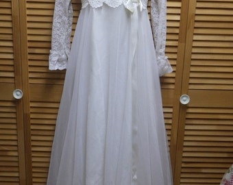 Vintage 1960's Lace Wedding Gown Dress w/Train Sweetheart Neck Beads Small