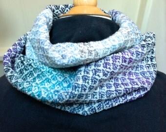 Col, loop-sjaal. wol 60 en polyamide 40. Dubbel-om, ± 25 cm x 150 cm. Handgeweven.