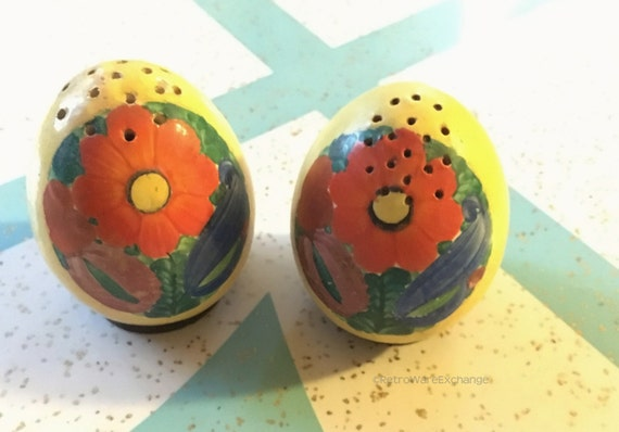 Pair of lovely vintage salt and pepper shakers egg shaped - Egg shaped salt and pepper shakers ...