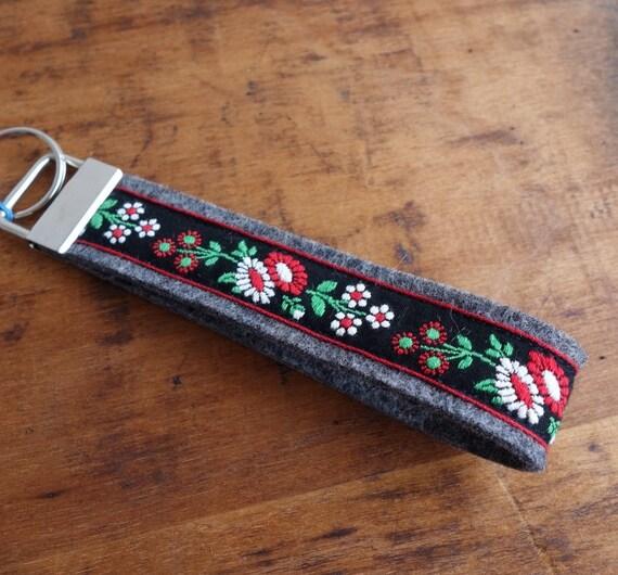 Schlüsselband mit Blütenborte