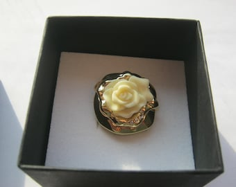 Ring with a white flower inside ca. 18 mm of jewelry by Harry Ivens, diameter, Neuwertig, made ca. 1980 +/-, gold color