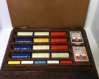 VINTAGE POKER SET In Case Plastic Faux Wood Carrying Case Poker Chips And 2 Decks Hoyle Playing Cards Complete Game 1971 Pacific Gaming Co.