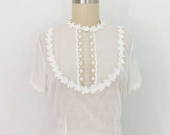 Vintage 1930s-1940s White semi sheer cotton batiste blouse with floral/daisy appliqués M/L
