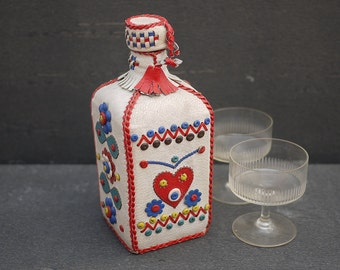 Vintage Folk Bouteille à Alcool habillé de cuir . Yugoslavian Folk art Leather Flask, Leather Covered glass Bottle . Art Populaire de l'Est