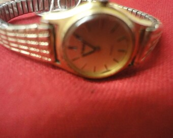 Ladies PULSAR all gold watch with expandable strap, lovely watch!