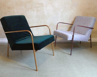 Green velvet cozy armchair with bronze metal frame, Grüner Samt Sessel mit bronzenen Metallrahmen