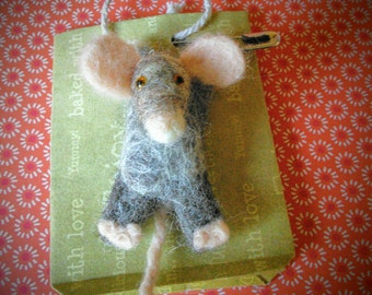 Hanging mouse brooch