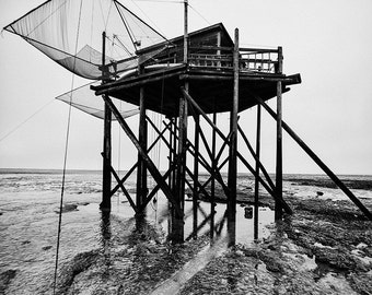 Black and white landscape photography: the cabins by the sea in the Vendée, the Tchanquee on Isle Madame