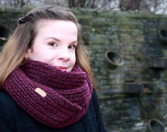Soft loop, model 'Sanchez', super soft and relaxingly made of high quality wool in Burgundy