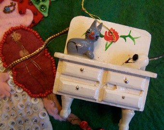 darling little kitty and mouse ornament