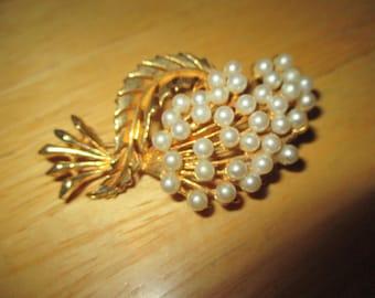 Vintage costume jewelry  / pearl brooch