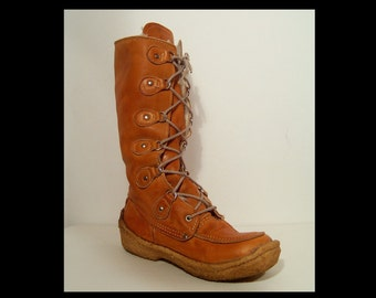 Rugged 60s 70s caramel leather snow boots men 9 ~ women 10.5 ~ fluffy white wool fleece lining ~ lace up moccasins Cherokee Made in Canada