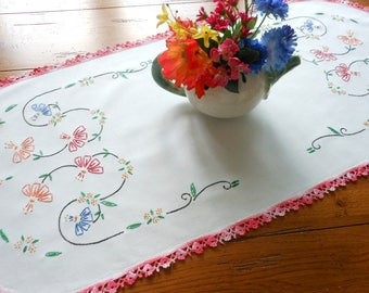 Like New Vintage Hand Embroidered Dresser Scarf/Table Runner