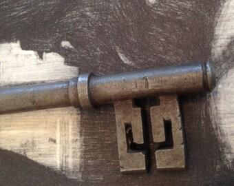 Old Skeleton Key w Scorpion Teeth