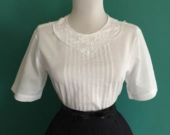 Vintage 1950s White Cotton Short Sleeve Button Down Blouse Top Shirt w Embroidered Collar