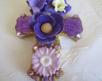 "Ravissante broche ""Croix fleurie"" violette"""
