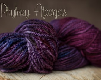 Fil a tricoter alpaga, bourgogne et prune. Hand dyed alpaca yarns plum, violet.