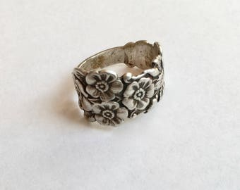7 forget-me-nots in a silver ring, size 7.5